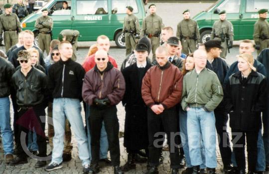 Beate Zschäpe (5. von rechts, hinter grüner Bomberjacke) auf einem NPD-Aufmarsch in Erfurt am 17. Januar 1998.