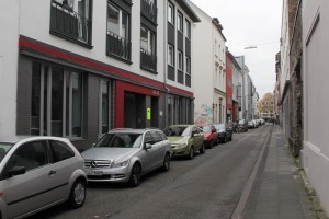 In einem Lebensmittelgeschäft in der Probsteigasse in der Kölner Altstadt explodierte ein Sprengsatz in einer Keksdose beim Öffnen der Dose, dabei wurde eine 19-jährige schwer verletzt. (Foto: apabiz)