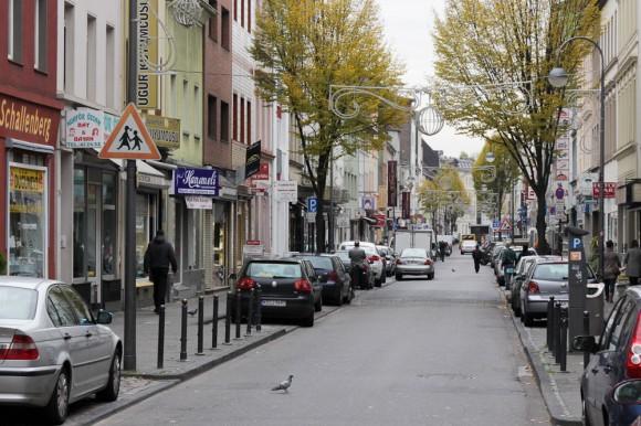 Die Keupstraße ist eine belebte Geschäftstraße Köln-Mülheim. Eine Nagelbombe verletzt im Juni 2004 22 Menschen teilweise schwer. Mehrere Läden werden verwüstet. (Foto: apabiz)
