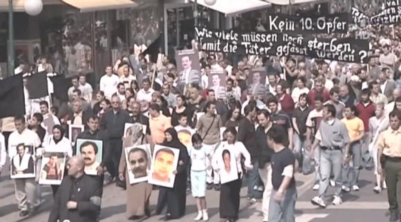 Kassel, 6 Mayıs 2006. ''10. Kurban Olmasın!'' talebiyle 2000'den fazla insan gösteri yapmıştı. c) Screenshot der ARD-Dokumentation »Acht Türken, ein Grieche, eine Polizistin«