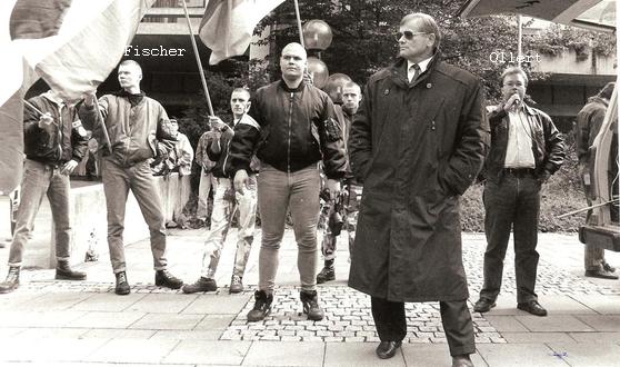 Matthias Fischer (links) und Ralph Ollert 1994 auf einer Neonazi-Demonstration in Erlangen. Beide waren kaum Thema im bayerischen NSU-Untersuchungsausschuss, der den Zeitraum rechtsextremer Umtriebe in Bayern ab 1994 beleuchten sollte. (Foto: privat)