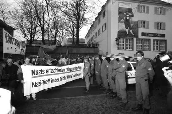 """Antifaschistische Demonstration am 12. April 1995 gegen die """"Tiroler Höhe"""" in Nürnberg. Hier verkehrten auch spätere NSU-Terroristen (Foto: privat)"""