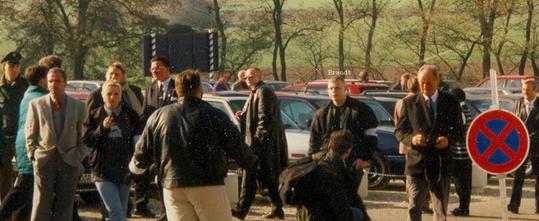 """V-Mann und Neonazi Tino Brandt (Mitte, schwarze Bomberjacke, Brille, weiße Ordnerbinde) auf einem Treffen der """"Nation-Europa-Freunde e.V."""" im oberbayerischen Kösching am 2. November 1997 (Foto: Antifaschistisches Infoblatt)"""