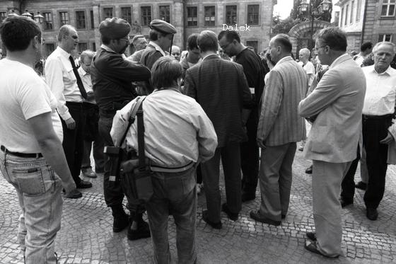 Kai Dalek (Mitte-rechts mit dunklem Shirt, Brille, Stoppelbart und Ordnerbinde) bei einem Rudolf-Heß-Aufmarsch in Bayreuth, vermutlich 1991. Mit dabei: Christian Worch und der mittlerweile verstorbene Neonazianwalt Jürgen Rieger (Foto: privat)