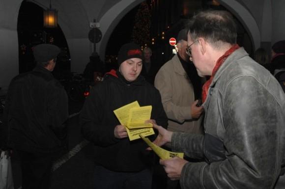 Karl-Heinz Statzberger (l.) und Karl Richter (r.) verteilen die gelben Flugblätter der 'Bürgerinitiative Ausländerstopp'. Foto: Robert Andreasch