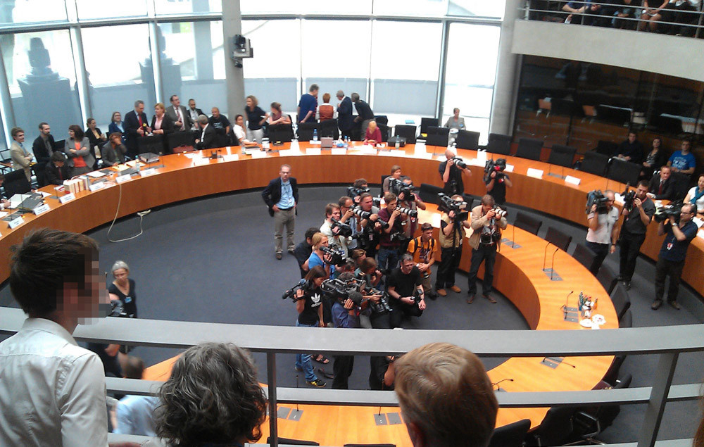 Pressefotografen warten im Bundestags-Untersuchungsausschuss auf einen Zeugen