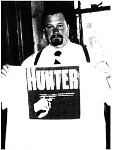 Der verstorbene National Alliance-Kader Craig A. Jackson mit Hunter T-Shirt. Faksimile Resistance #20, 2003 (c) apabiz