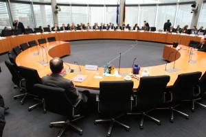 Auf ein Neues! Sitzung des Ersten Bundestags-Untersuchungsausschusses (c) Theo Schneider