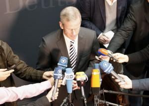Der Ausschussvorsitzende Clemens Binninger (CDU) tritt am 17.12.2015 vor die Presse. (c) Kilian Behrens