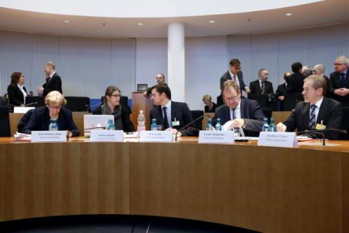 Die Sachverständigen John, Röpke, Laabs, Niehörster und Freier vor dem Ausschuss im Bundestag (c) Kilian Behrens