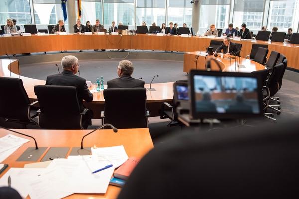 Am 18. Februar 2016 fand die 8. Sitzung des 2. NSU-Untersuchungsausschusses des Deutschen Bundestag statt. Als Zeugen waren Kriminaldirektor Thomas Werle vom Bundeskriminalamt (BKA) und Kriminalhauptmeister Frank Lenk, Brandursachenermittler der Zwickauer Kriminalpolizei geladen. Sie sagten zu dem Brand am 4. November 2011 in der  Fruehlingstrasse 26 in Zwickau-Weißenborn aus. Nach den polizeilichen Ermittlungen soll das mutmassliche NSU-Mitglied Beate Zschaepe die Wohnung in Brand gesetzt haben um Spuren und Hinweise auf die NSU-Morde zu vernichten. Im Bild vlnr: Kriminalhauptmeister Frank Lenk und Kriminaldirektor Thomas Werle. Die Zeugen durften nicht von vorne fotografiert werden. 17.1.2016, Berlin Copyright: Christian-Ditsch.de [Inhaltsveraendernde Manipulation des Fotos nur nach ausdruecklicher Genehmigung des Fotografen. Vereinbarungen ueber Abtretung von Persoenlichkeitsrechten/Model Release der abgebildeten Person/Personen liegen nicht vor. NO MODEL RELEASE! Nur fuer Redaktionelle Zwecke. Don't publish without copyright Christian-Ditsch.de, Veroeffentlichung nur mit Fotografennennung, sowie gegen Honorar, MwSt. und Beleg. Konto: I N G - D i B a, IBAN DE58500105175400192269, BIC INGDDEFFXXX, Kontakt: post@christian-ditsch.de Bei der Bearbeitung der Dateiinformationen darf die Urheberkennzeichnung in den EXIF- und  IPTC-Daten nicht entfernt werden, diese sind in digitalen Medien nach §95c UrhG rechtlich geschuetzt. Der Urhebervermerk wird gemaess §13 UrhG verlangt.]
