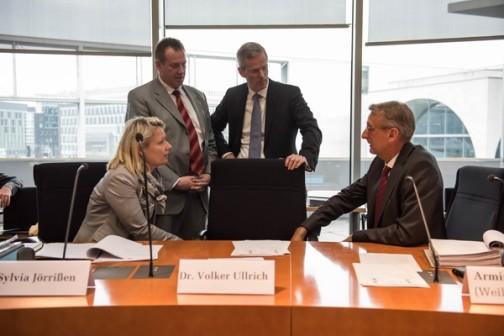 Die Ausschussmitglieder im Gespräch (Feb. 2016) (c) Christian-Ditsch.de