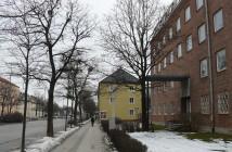 Olay yeri Bad-Schachener-Straße'den bir görünüş ve Polis Merkezi (sağda). (Foto: F. Burschel)